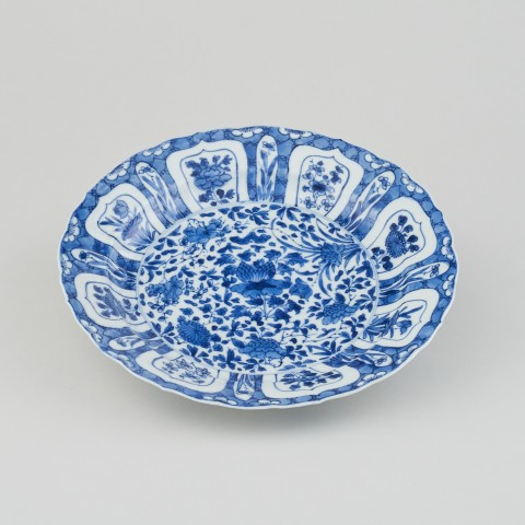 A CHINESE KANGXI BLUE AND WHITE PLATE, Kangxi (1662 - 1722)