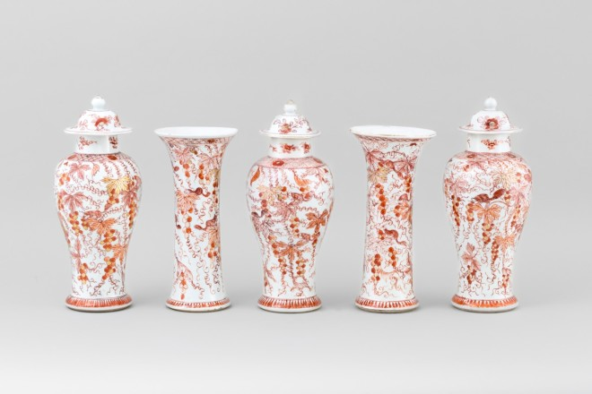 A RARE GARNITURE OF FIVE ROUGE-DE- FER VASES, Kangxi 1662-1722 / Yongzheng 1723-1735