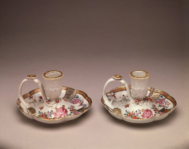 A FINE PAIR OF COMPAGNIE DES INDES FAMILLE ROSE CHAMBERSTICKS, Qianlong (1736 - 1795)