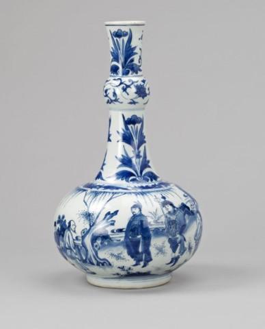 A FINE BLUE AND WHITE GARLIC NECK BOTTLE VASE, Chongzheng (1628 – 1643)