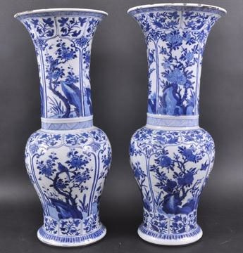 A FINE NEAR PAIR OF CHINESE KANGXI BLUE AND WHITE YEN-YEN VASES, Kangxi (1662 - 1722)