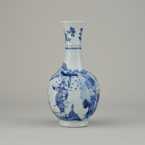 A FINE CHINESE BLUE AND WHITE VASE, 1662-1722