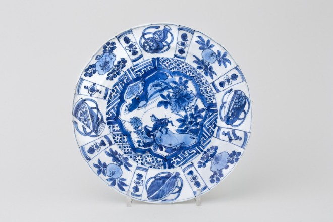 A FINE CHINESE BLUE AND WHITE KRAAK PLATE, early 17th century