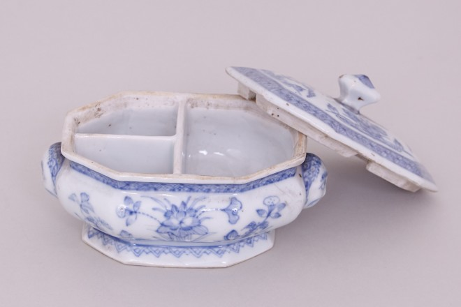 AN UNUSUAL CHINESE BLUE AND WHITE SPICE BOX WITH COVER, Kangxi ( 1662-1722 )