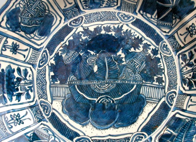 A FINE LARGE CHINESE KRAAK PORCELAIN CHARGER, c.1610-1630