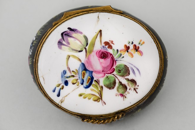 AN ENGLISH OVAL BILSTON ENAMEL TROPHY BOX, circa 1770, 18th century