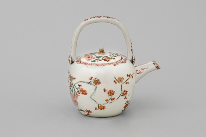 A JAPANESE 'KAKIEMON' TEAPOT AND COVER, c. 1700