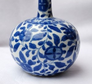 A CHINESE EARLY 18TH CENTURY BLUE AND WHITE BOTTLE VASE, KANGXI (1662-1722)