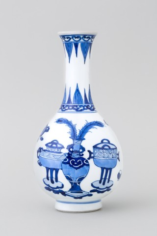 A CHINESE BLUE AND WHITE 'HUNDRED ANTIQUES' BOTTLE VASE, Kangxi (1662 – 1722)
