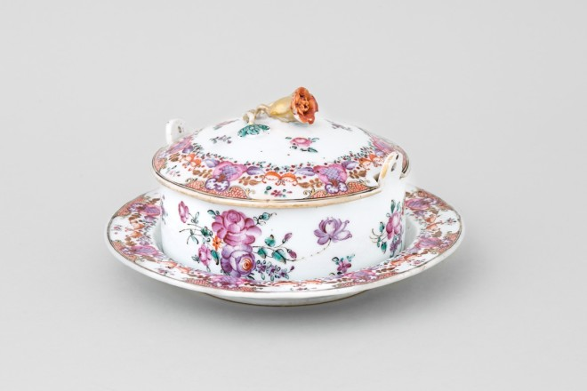 A CHINESE FAMILLE ROSE SAUCE TUREEN, COVER AND STAND, Qianlong (1736-1795)