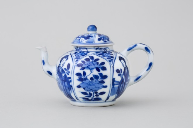 A CHINESE BLUE AND WHITE MINIATURE TEAPOT AND COVER, Kangxi (1662 - 1722)