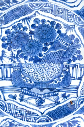 A LARGE BLUE AND WHITE KRAAK CHARGER, 1610 - 1630