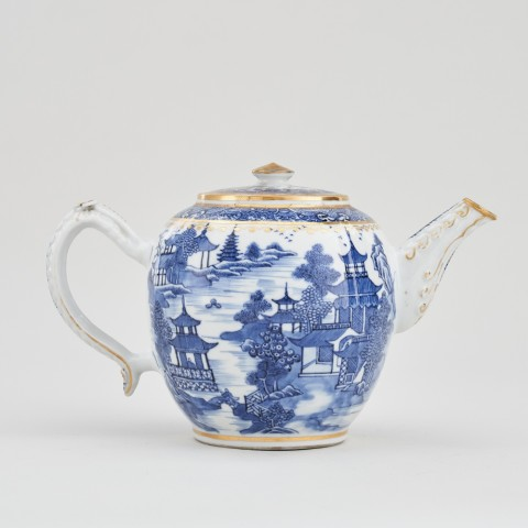 A CHINESE BLUE AND WHITE NANKIN TEAPOT AND COVER, Qianlong (1736 – 1795)