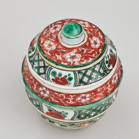 A CHINESE KANGXI FAMILLE VERTE JAR AND COVER, Kangxi (1662 - 1722)
