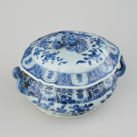A CHINESE BLUE AND WHITE TUREEN AND COVER, Qianlong (1736 - 1795)