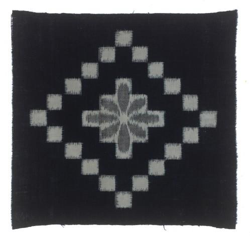 Textilien, #004114  Kasuri, Viereckmuster und Blüte