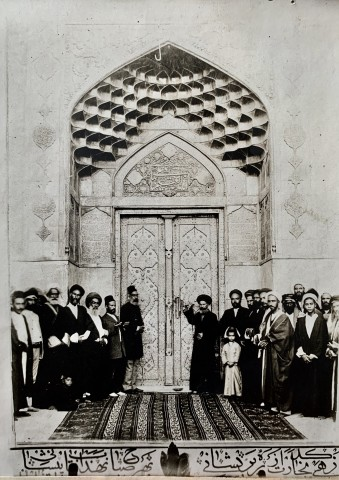 Mirza Hassan, A group by a doorway of the Iman Ali Ibn Abi Talib shrine in Najaf, 1911