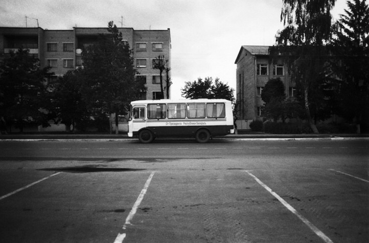 School Bus, Choinski, Belarus (2008), de Alice Miceli.