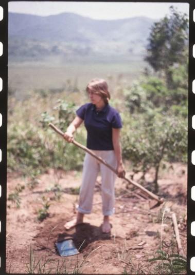 a artista brígida baltar em cena do vídeo Enterrar é Plantar, realizado por ela na década de 1990
