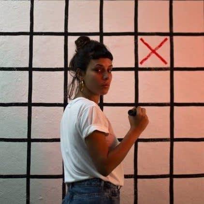 Do Instagram à galeria: Aleta Valente debate em selfies temas como feminismo, aborto e ocupação da cidade