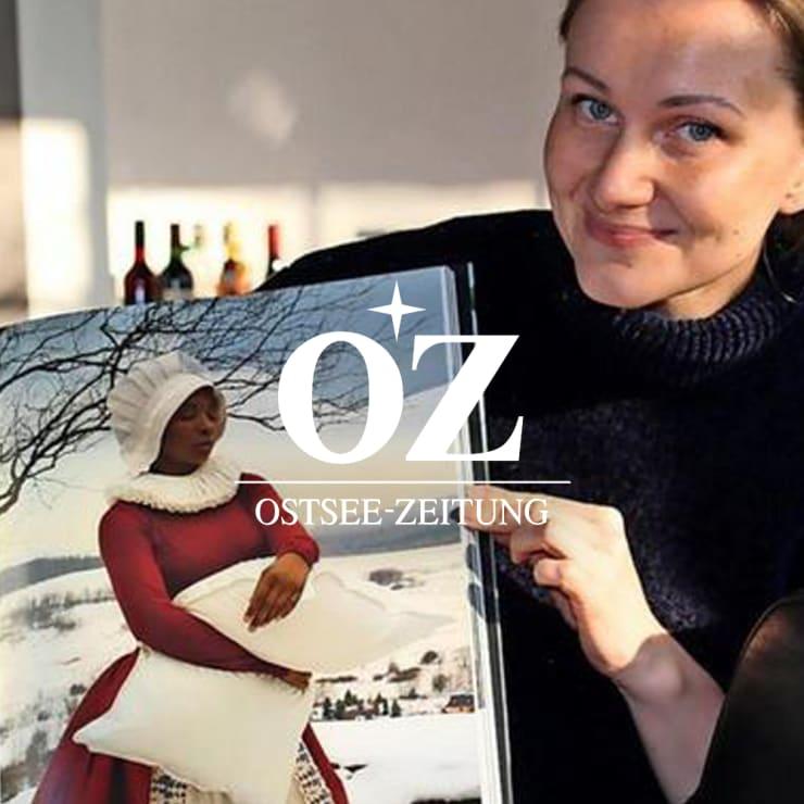 Eugenia Freese, museumspädagogische Leiterin des Till-Richter-Museums, zeigt Fotografien von Katerina Belkina zum Thema Frau Holle. Quelle: Tom Schröter