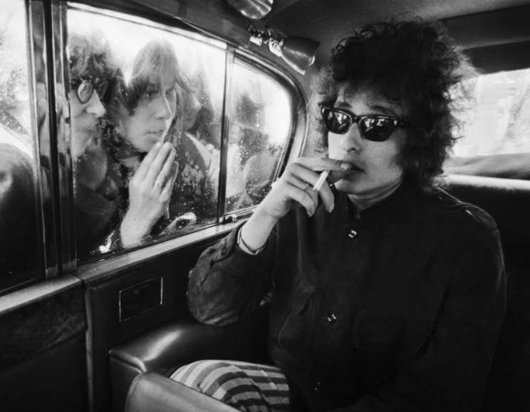 Barry Feinstein - Bob Dylan, Fans looking in Limousine, London, England