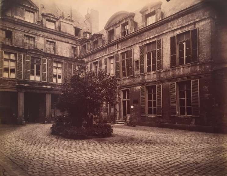 Eugène Atget - Hotel de Marechal de Chaulnes, Place de Vosges 9