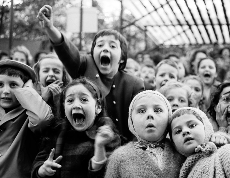Alfred Eisenstaedt - Puppet Show, Tuileries, Paris (the moment a dragon is slain)