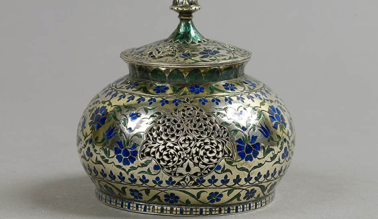 """<div class=""""title""""><em>Chillam (Fire Cup) made of Silver, with green and dark blue Enamels</em></div><div class=""""year""""> North India, Lucknow, mid-18th century</div><div class=""""dimensions"""">Height: 9 cm; Diameter: 9 cm</div>"""