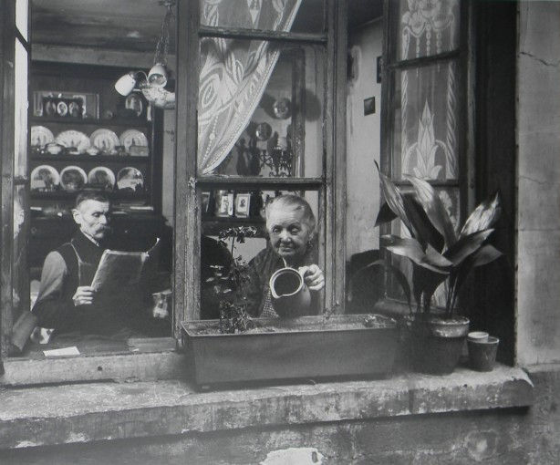 <span class=&#34;title&#34;>'Les concierges Rue du Dragon, Paris'<span class=&#34;title_comma&#34;>, </span></span><span class=&#34;year&#34;>1946</span>