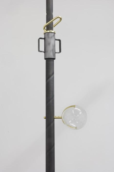Morro Mundo, 2017 vidro borosilicato lapidado, latão banhado a ouro e estilhaços de granada ed 1/5 + 1 PA 17,5 x 13,5 cm