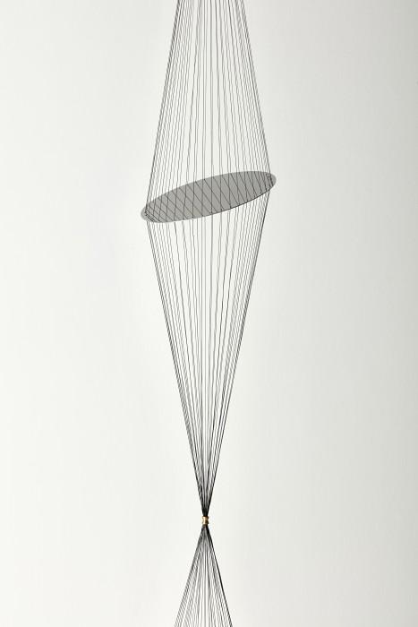 Artur Lescher Sem Título #2, 2018 latão e linha de multifilamento 300 cm x ø 27 cm / detalhe