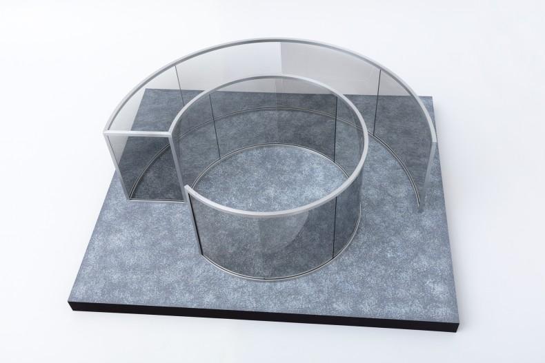 Dan Graham Sem título, 2016 vidro espelhado de 2 faces, MDF e alumínio 42 x 107 x 125 cm