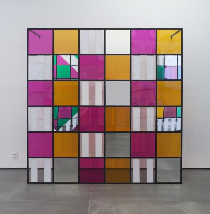 Daniel Buren Cores, luz, projeção, sombras, transparência: obras in situ 6, 2015 estrutura metálica, vinil adesivado, acrílico e espelho 200...