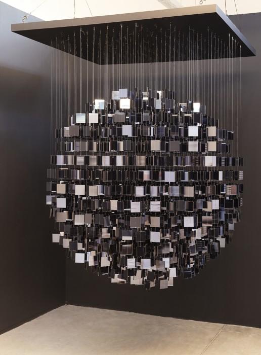 Julio Le Parc Sphère Miroir Noir, 2018 plexiglass, cabo de aço, fio de nylon e madeira 198 x 153 x...