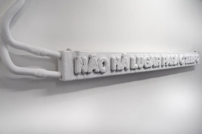 Laura Vinci Utopia, 2013 caixa de latão niquelado, tubos de cobre e motor 15 x 200 x 5 cm