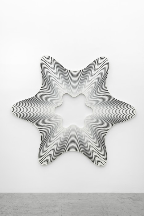 Philippe Decrauzat Delay Exa # 4 (Black to White), 2019 tinta acrílica sobre tela 206 x 235 x 3,5 cm