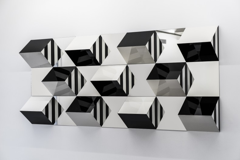 Daniel Buren Prismas e Espelhos, alto-relevo - n°4 , trabalho situado, 2017 madeira, cola, laca, espelho e adesivo vinil 150 x 350 cm