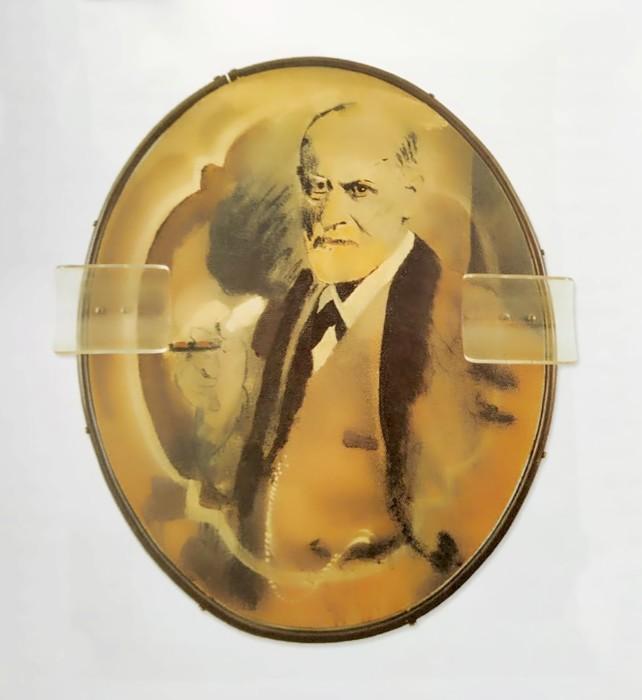 Wesley Duke Lee Retrato de Sigmund Freud, 1970 acrílica sobre tela, montagem de acrílico, moldura de cano e latão 74...