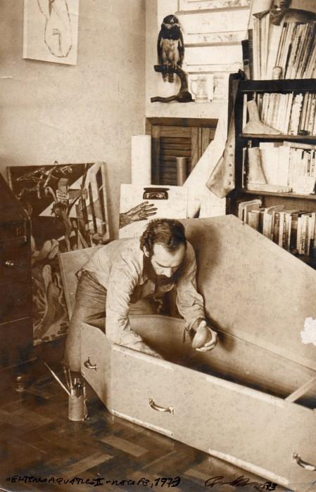 paulo bruscky, enterro aquático II (paulo bruscky preparando o caixão em seu atelier), 1973