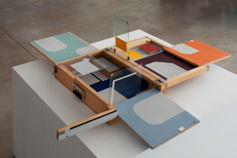 onde (valise), 2007 óleo e cera sobre madeira e vidro, elementos em aço inox 16 x 58 x 38 cm (fechada)
