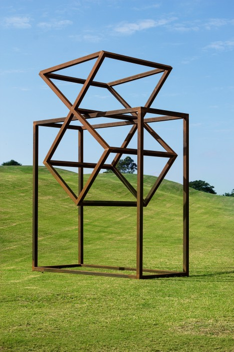 Raul Mourão Hourglass, 2020 aço corten 465 x 350 x 250 cm
