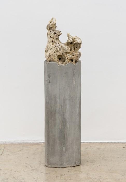 Dragão cantor, pedra perfurada sonora sobre coluna de concreto 139 x 35 x 28 cm | 54.7 x 13.8 x 11 in