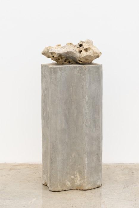 Dragão cantor, 2007 pedra perfurada sonora sobre coluna de concreto 117 x 47 x 54 cm | 46.1 x 18.5 x 21.3 in