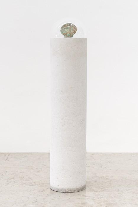 Periscópio, 1976 / 2004 moldagem de concha em resina poliéster exposta à ação do mar para a formação de cracas e briozoários sobre coluna de concreto branco e coberta com campânula de acrílico 11,5 x 13,3 x 1,8 cm | 4.5 x 5.2 x 0.7 in