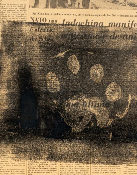 Pegada de Onça, 1975 impressão de carimbo de pegada de onça em jornal 58 x 37,7 cm | 22.8 x 14.8 in