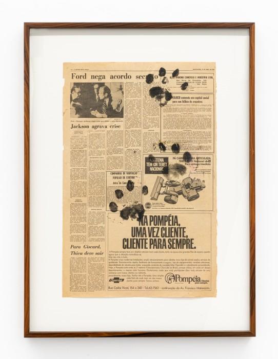 Pegada da Onça, 1975 impressão de carimbo de pegada de onça em jornal 57,5 x 38 cm | 22.6 x 15 in