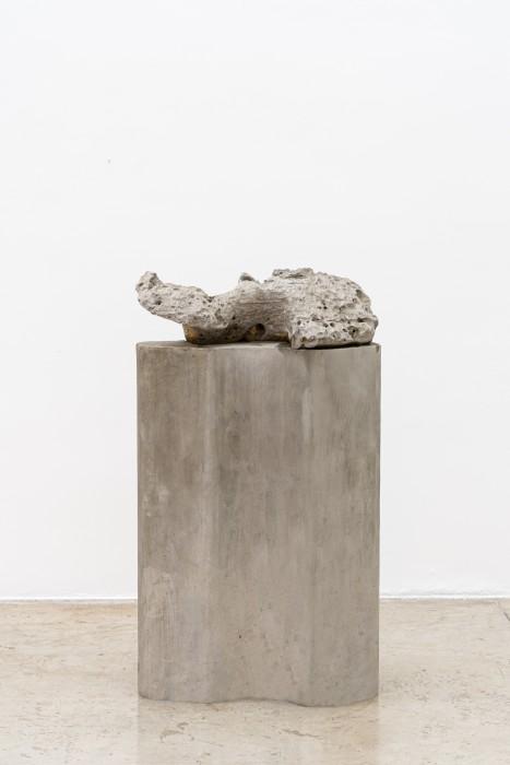 Dragão cantor, 2007 pedra perfurada sonora sobre coluna de concreto 121,5 x 67 x 34 cm | 47.8 x 26.4 x 13.4 in