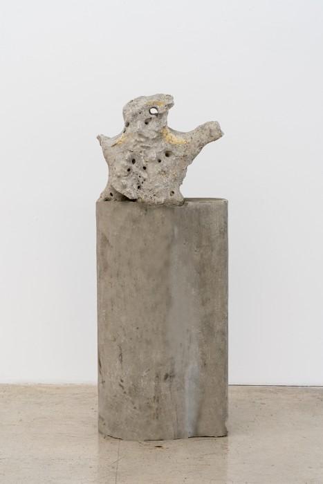 Dragão cantor, 2007 pedra perfurada sonora sobre coluna de concreto 148,8 x 56 x 31 cm | 58.6 x 22 x 12.2 in