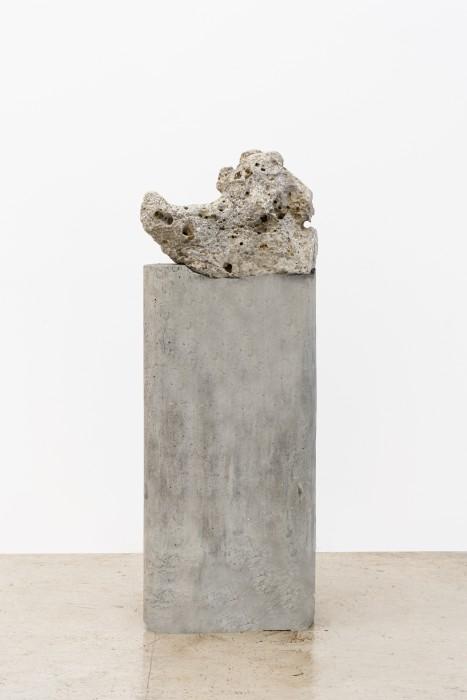 Dragão cantor, 2007 pedra perfurada sonora sobre coluna de concreto 134 x 46 x 37 cm | 52.8 x 18.1 x 14.6 in